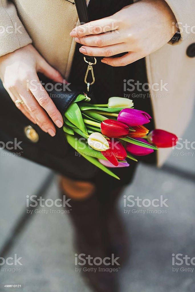 Tulpen in einer Handtasche – Foto