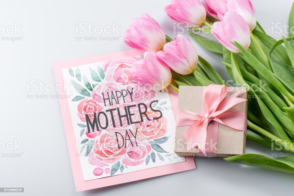 Tulpen, Postkarte und Geschenk – Foto