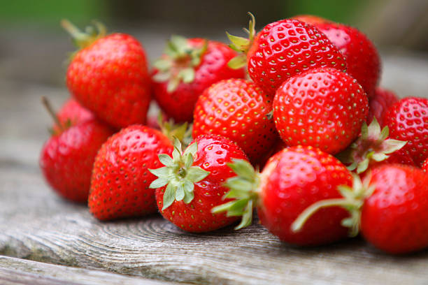 tumble of strawberries - aardbei stockfoto's en -beelden