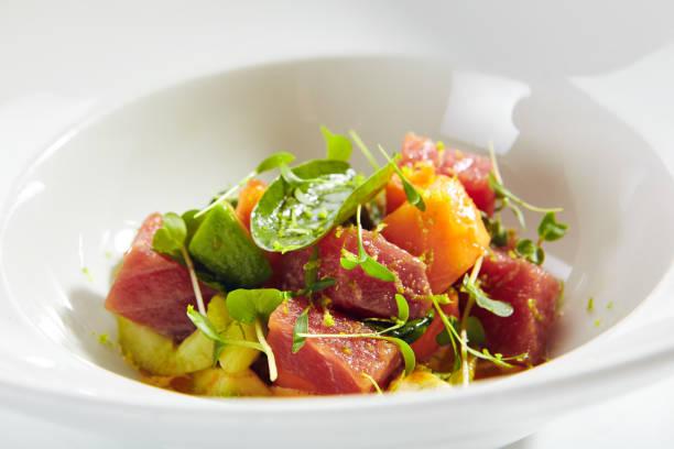 Thunfischfilet Salat in würzigen Papaya Sauce isoliert – Foto