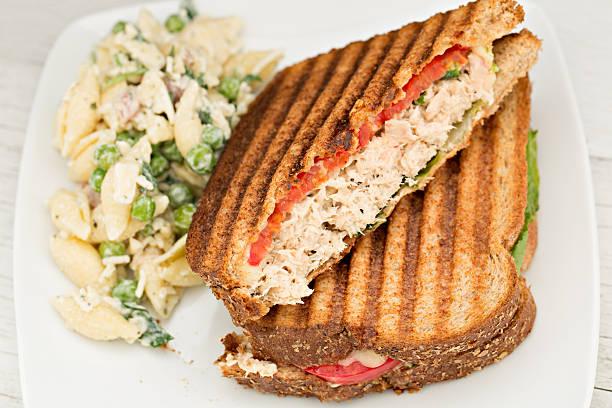 thunfisch panini, pasta und salat - nudelsalat zum grillen stock-fotos und bilder