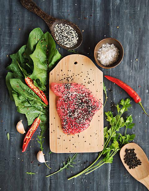 マグロのステーキ、ゴマとグリーン - パレオダイエット ストックフォトと画像