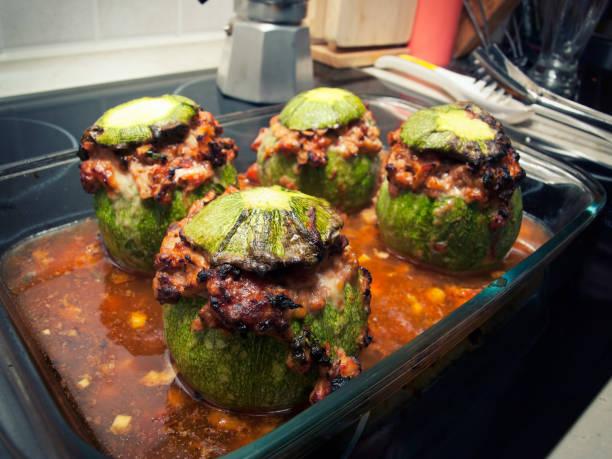thunfisch-zucchini - gefüllte zucchini vegetarisch stock-fotos und bilder