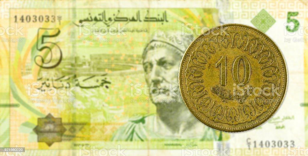 10 Tunesische Millimes Münze Gegen 5 Tunesischer Dinarbanknote Stock