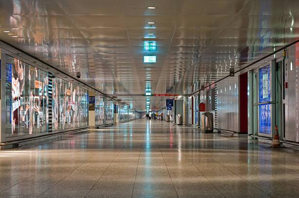 tunnel an der ausfahrt flughafen frankfurt, deutschland - parkhaus frankfurt stock-fotos und bilder