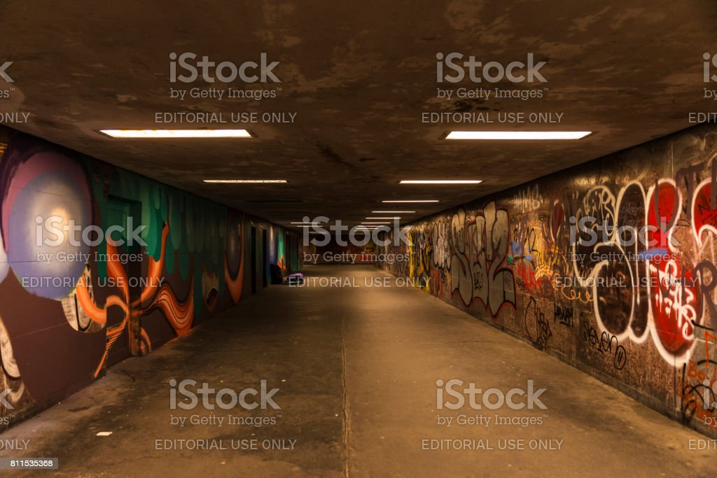 Tunnel für den Durchgang von Personen beleuchtet – Foto