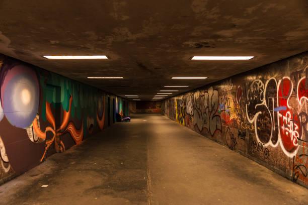 人の通過のため点灯トンネル - street graffiti ストックフォトと画像