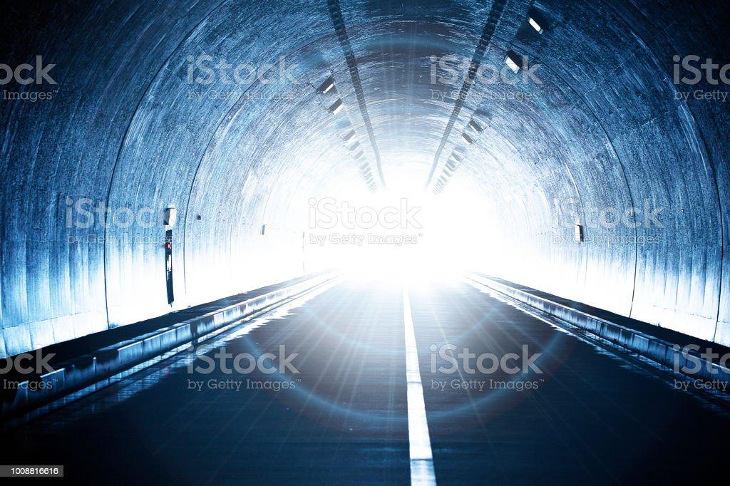 Tunnel, der die Zukunft folgt – Foto