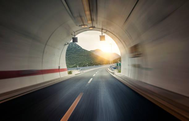 tunnel durch die berge - tunnel stock-fotos und bilder