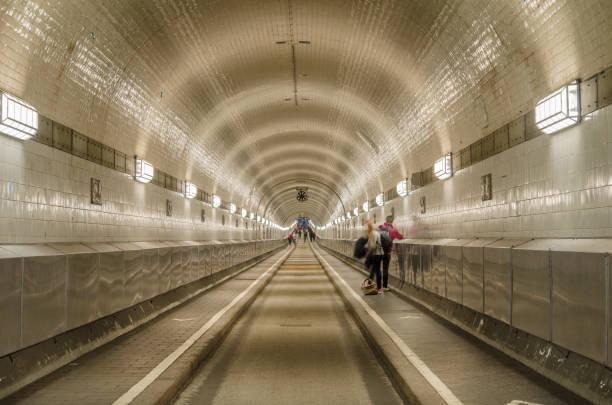 tunnel unter der elbe in hamburg - radwege deutschland stock-fotos und bilder