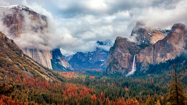 Tunnel View of Yosemite National Park, California, USA Yosemite National Park tunnel view. El capitan on the left side and bridal veil falls on the right side. el capitan yosemite national park stock pictures, royalty-free photos & images
