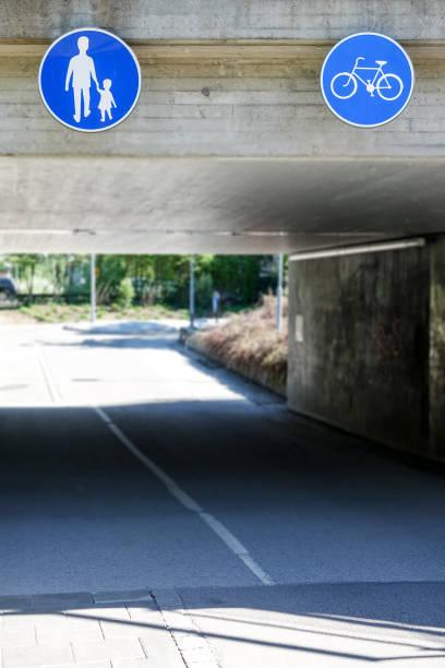 tunnel med skyltar som visar vägen för cyklister och fotgängare - tunnel trafik sverige bildbanksfoton och bilder