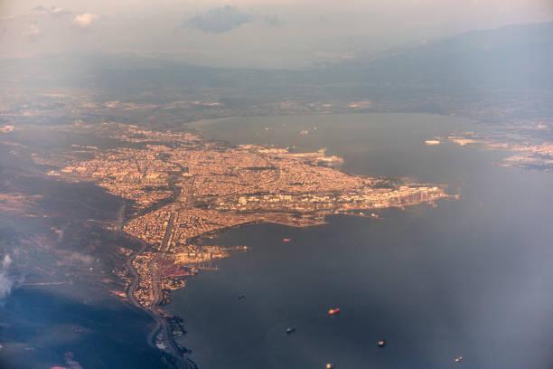 Tüpraş petrolrafinerisi ve Marmara Denizi İzmit Körfezi stok fotoğrafı