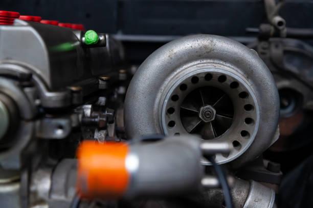 安裝在汽車發動機上的渦輪增壓器,用於動力增壓扭矩驅動。賽車服務行業。圖像檔