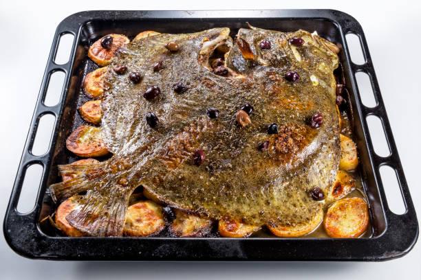 pescado rodaballo horneado horno de pan con aceitunas patatas y hierbas aromáticas - rodaballo fotografías e imágenes de stock