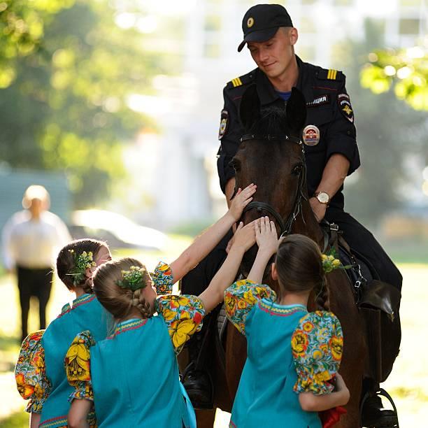 turgenev fest. young russian policeman on horse and little girls - feliz dia del policia fotografías e imágenes de stock