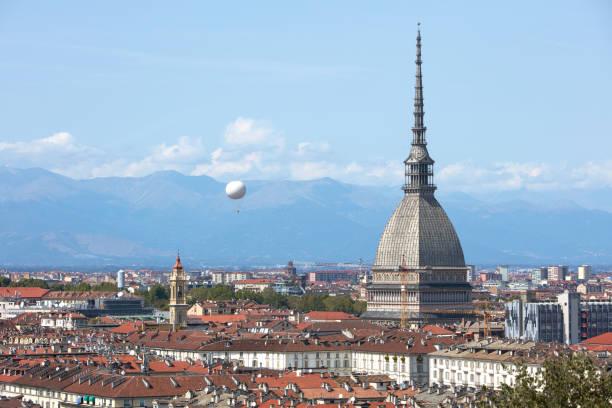 La vista del horizonte de Turín, la torre Mole Antonelliana y el globo aerostático en un soleado día de verano en Italia - foto de stock