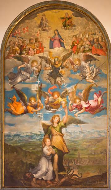 Turim - a pintura do Arcanjo Raphael, anjos, Virgem Maria e a Santíssima Trindade na Duomo por artista desconhecido, de 17 anos. Cent. - foto de acervo
