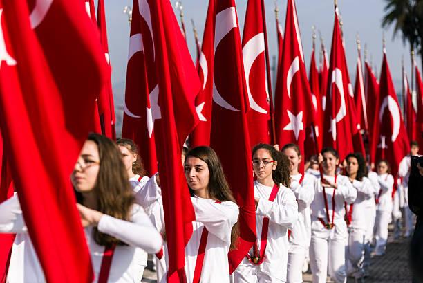 turish flags and students - turkse etniciteit stockfoto's en -beelden