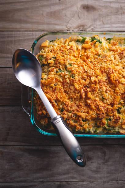 türkei-auflaufform mit brokkoli, reis und zerbröckelten crackern - huhn brokkoli auflauf stock-fotos und bilder