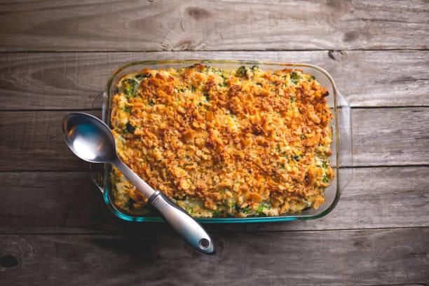 turkey casserole with broccoli, rice and crumbled crackers - caçarola imagens e fotografias de stock