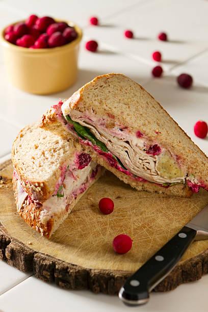 turquía sándwich con todas las fijaciones - thanksgiving leftovers fotografías e imágenes de stock