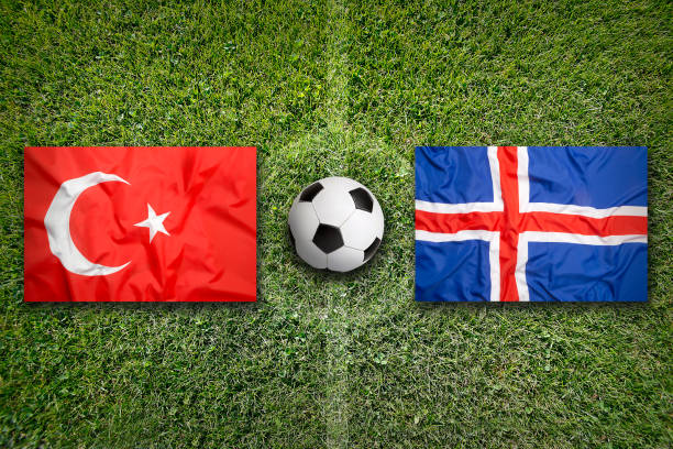 Turquia vs Islândia bandeiras no campo de futebol - foto de acervo