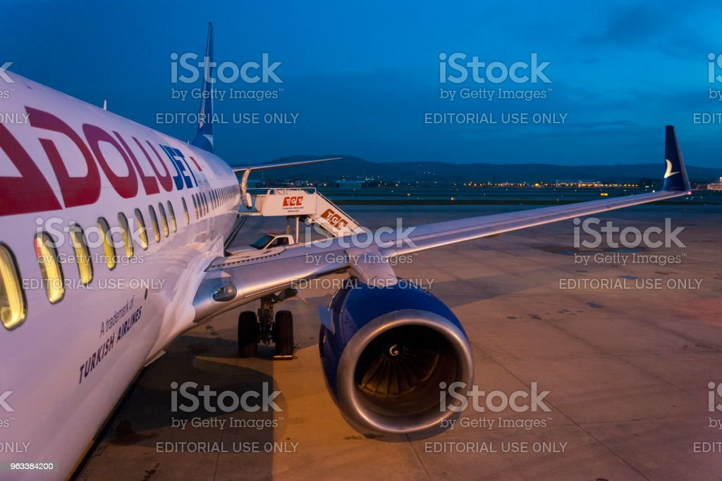 Turkish Airlines Anadolujet Airplane waiting for passengers at twilight - Zbiór zdjęć royalty-free (Bez ludzi)