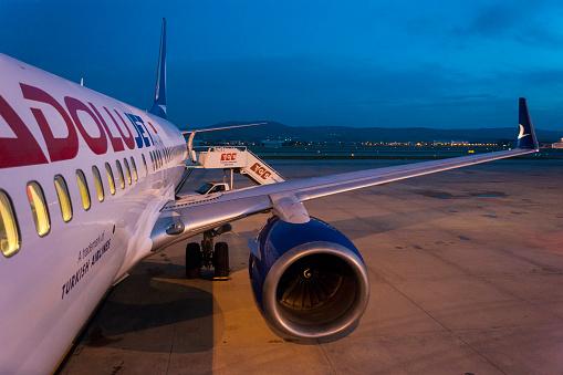 Turkish Airlines Anadolujet Airplane Waiting For Passengers At Twilight - zdjęcia stockowe i więcej obrazów Bez ludzi
