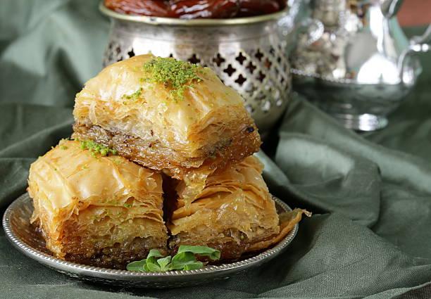Arabe turc dessert baklava avec du miel et de noix - Photo