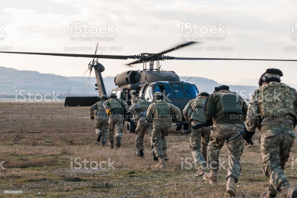 Türkische Armee Soldaten einsteigen Militärhubschrauber – Foto