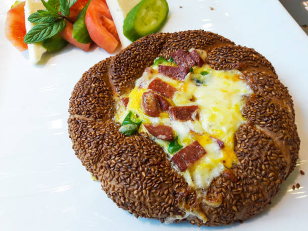 türkische bagel omelette / simit menemen - kräuterfaltenbrot stock-fotos und bilder