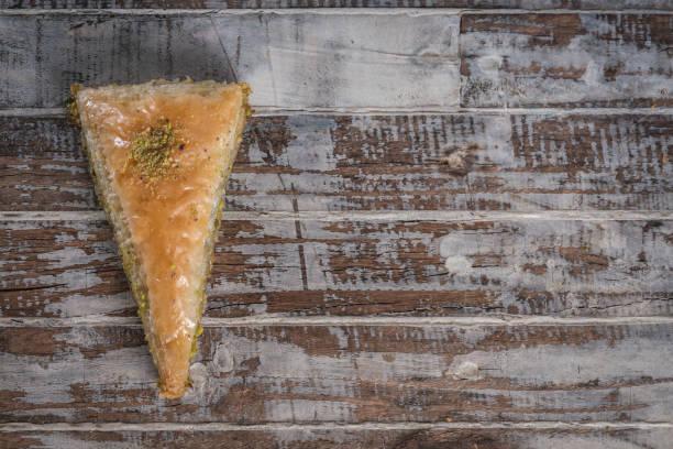 Baklava turc sur le fond de bois - Photo