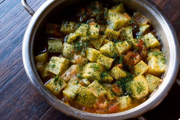 turkse casserole voedsel courgette met dille en tomaten in pan. - squash komkommerfamilie stockfoto's en -beelden