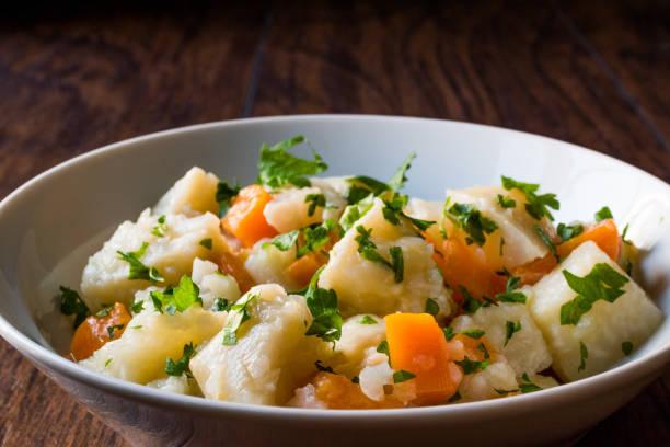 Salada de aipo turca com o azeite, a cenoura e a salsa / Zeytinyagli Kereviz. - foto de acervo