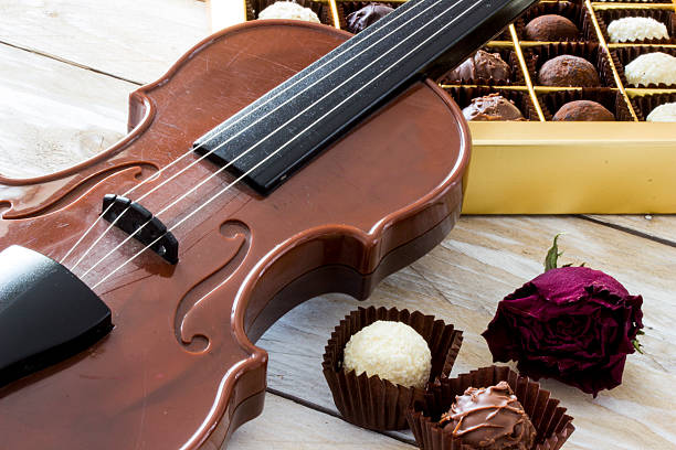 Turkish coffee, truffle chocolate and violin on wooden table – Foto