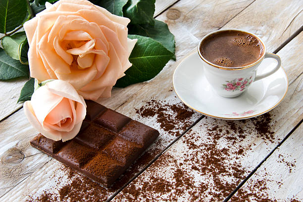 Turkish coffee with peach-colored rose and slices of chocolate – Foto