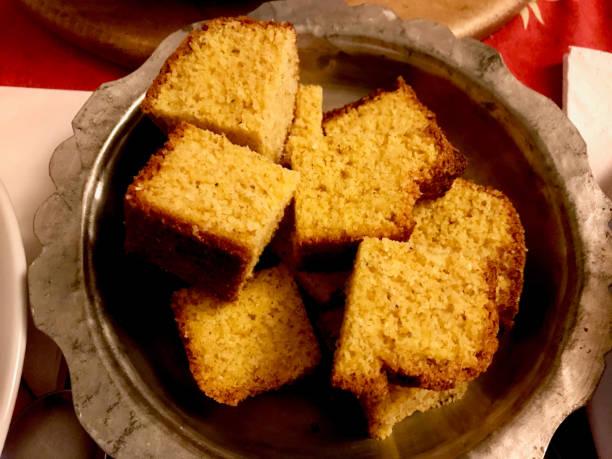 Pão turco do milho/Misir Ekmegi na bacia de cobre (alimento orgânico) - foto de acervo