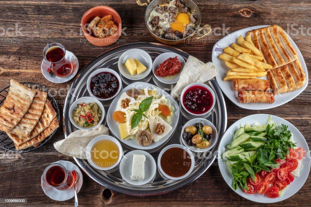 Türkische Küche Leckeres Frühstück Am Tisch Serviert Stockfoto und mehr  Bilder von Aufstrich
