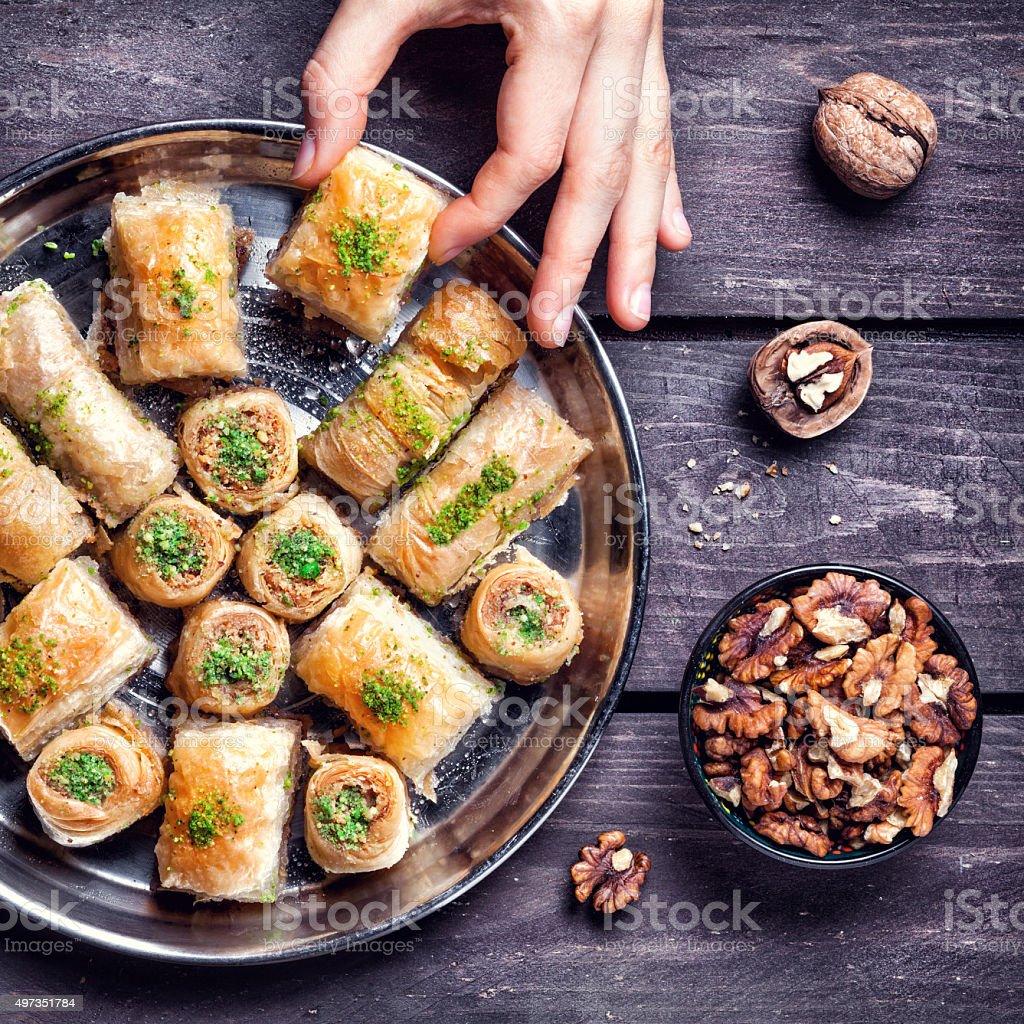 Délices turcs baklava sur table en bois - Photo