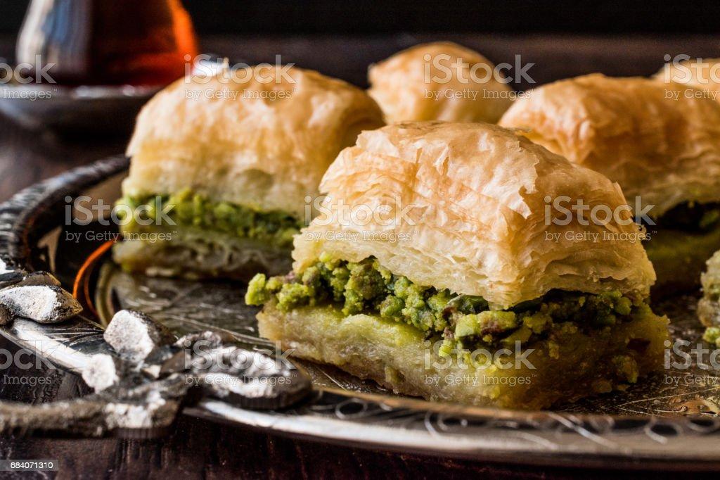 Turque Dessert Baklava avec thé sur plateau d'argent. - Photo