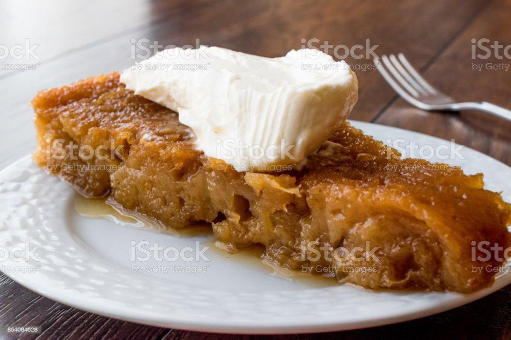 Turkisches Dessert Ekmek Kadayifi Bread Pudding Mit Sahne Stock