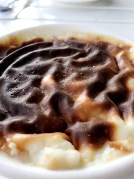 türkisches dessert sutlac - crock pot süßigkeiten stock-fotos und bilder