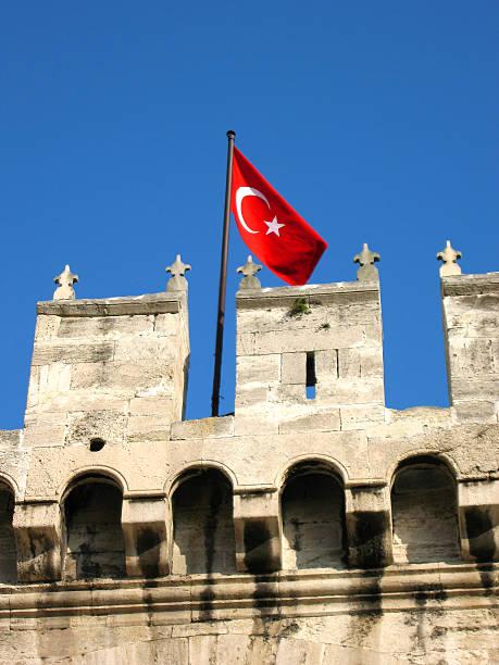 turkish flag on topkapi palace - fsachs78 stockfoto's en -beelden