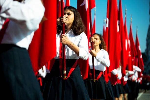 turkiska flaggor och unga kvinnliga studenter - maj bildbanksfoton och bilder