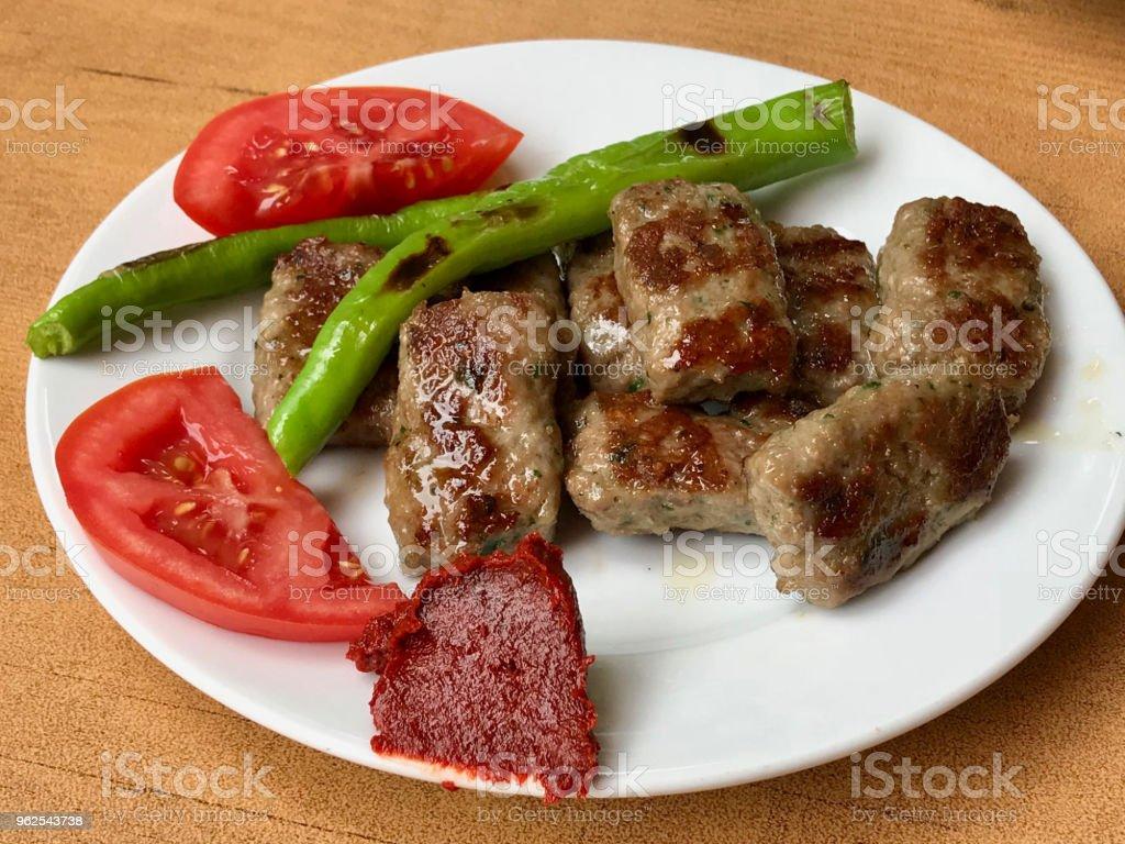Kofte de comida turca ou Kofta / almôndegas com pimentão e tomate. - Foto de stock de Almoço royalty-free