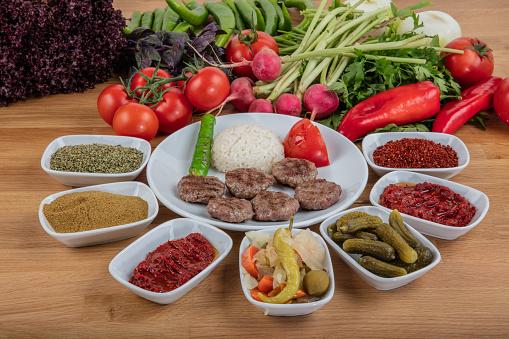 Türkisches Essen Köfte Oder Kofta Stack Von Frikadellen Mit Reis Pilav Stockfoto und mehr Bilder von Essen - Mund benutzen