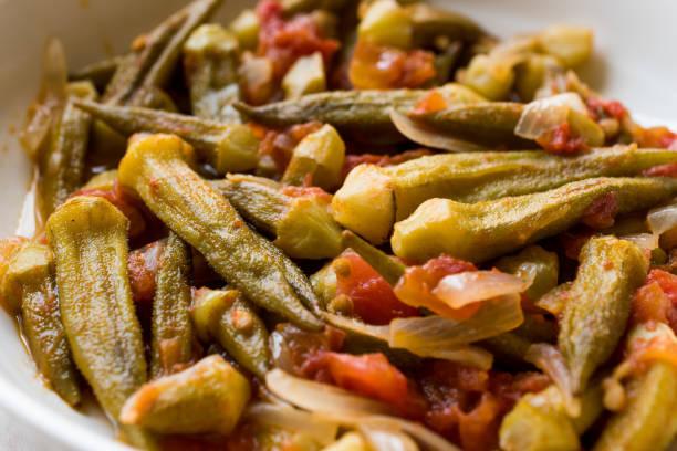 Prato de comida turca quiabo com tomate e cebola fatias / Bamya - foto de acervo