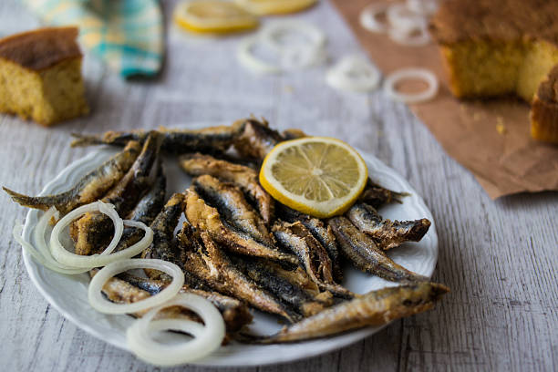 turkish hamsi tava with cornbread / fried anchovies - anchoa fotografías e imágenes de stock
