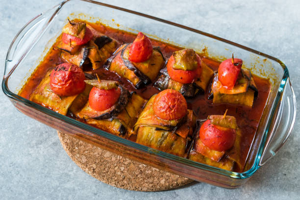 Turco Islim Kofta kebab com almôndegas e tomates cereja envolto em fatias de berinjela/Aubergine. - foto de acervo